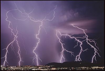 冰岛火山出现新裂缝,徒步旅行者争先恐后
